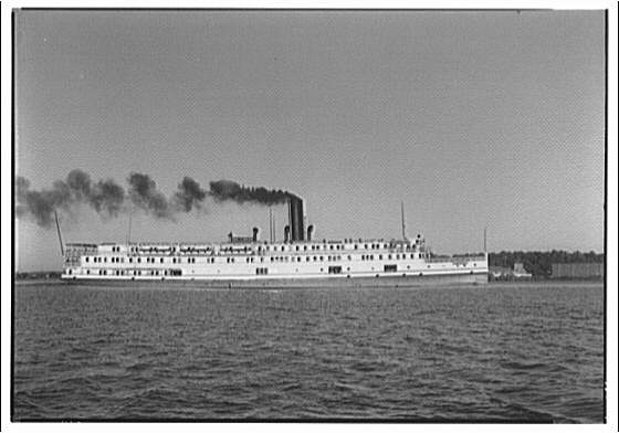 Steamboat on the Potomac River about 1914.